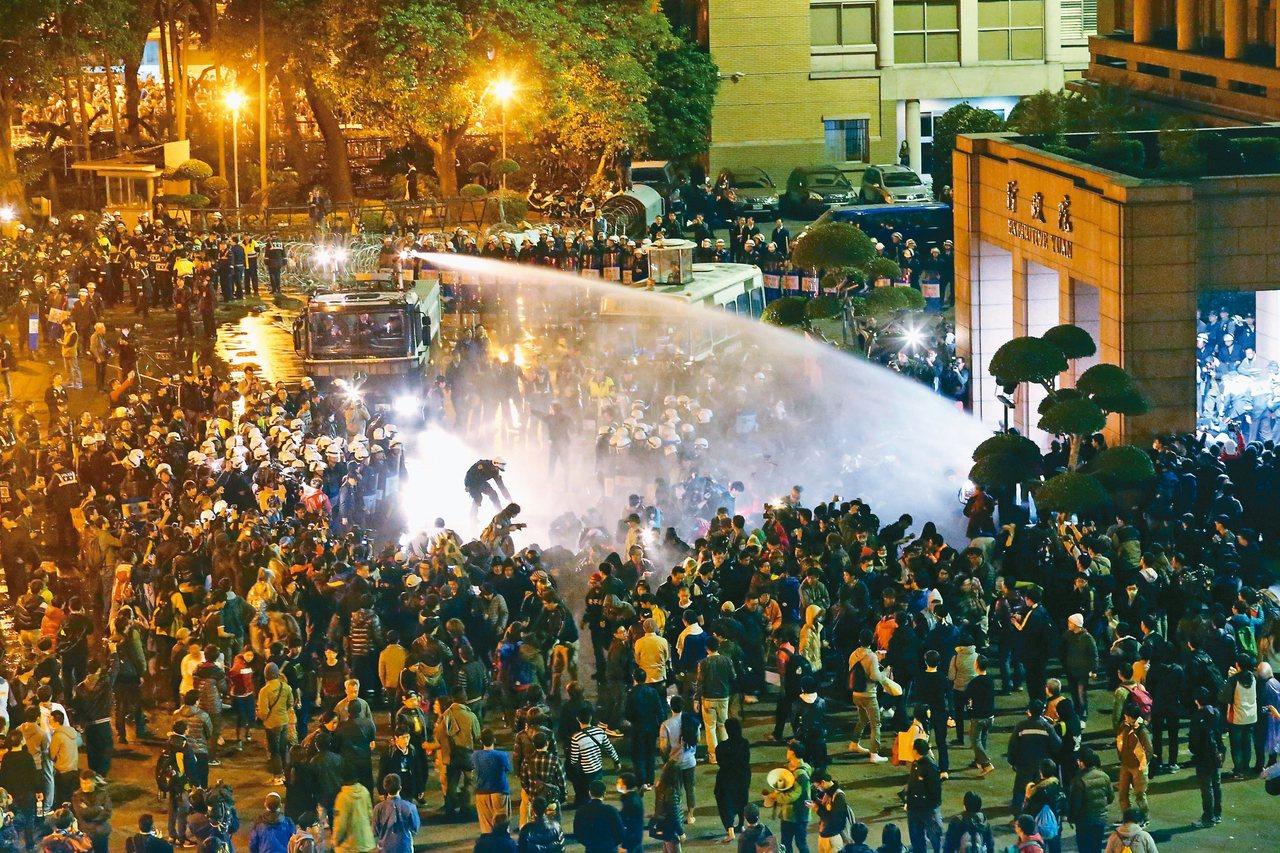 太陽花學運學生曾占領行政院,當時警方與學生發生推擠衝突。 圖/聯合報系資料照片