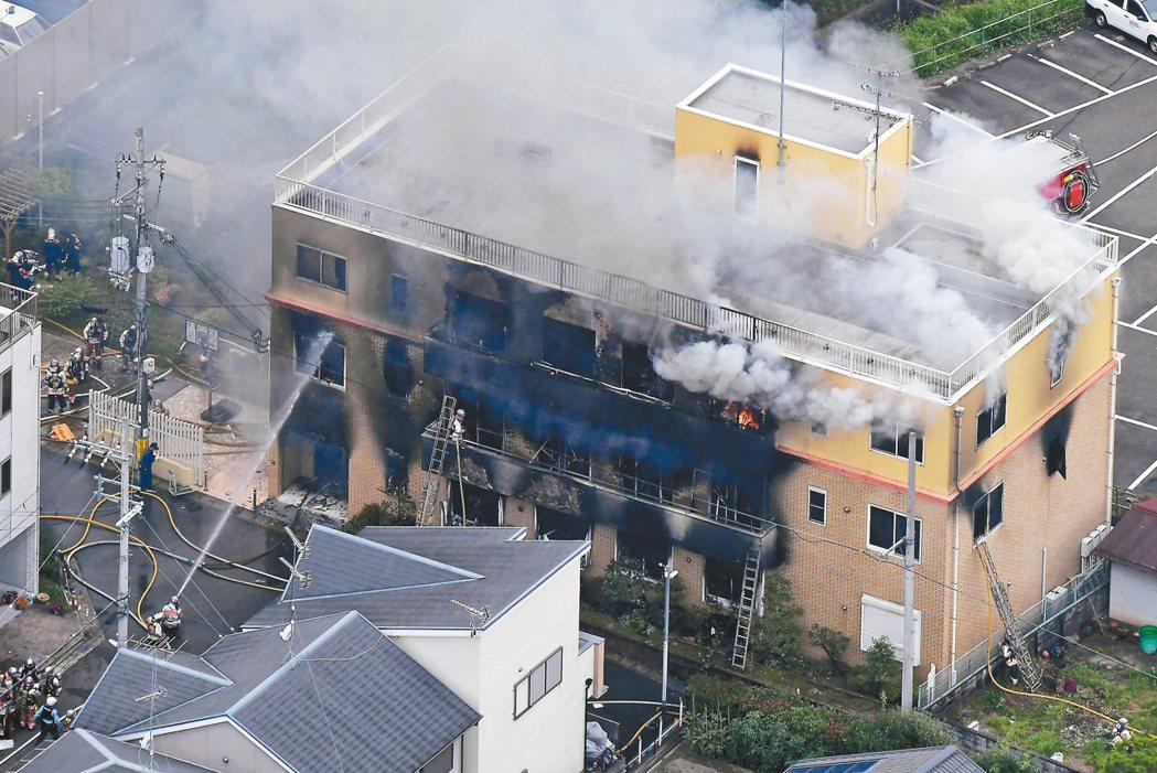 日本京都伏見區「京都動畫」公司18日遭一名男子縱火,燃燒中的三層樓建物不斷冒出濃...