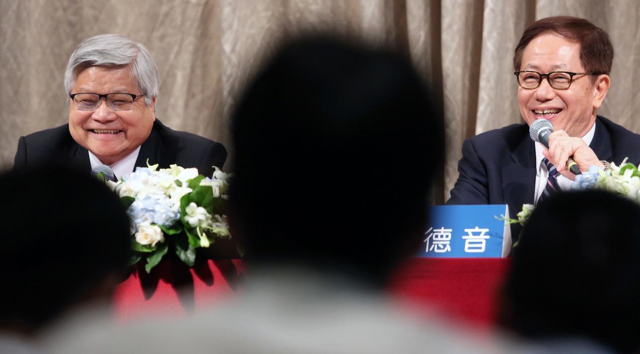 台積電昨天舉行法說會,由董事長劉德音(右)、總裁魏哲家(左)共同主持。 記者胡經...