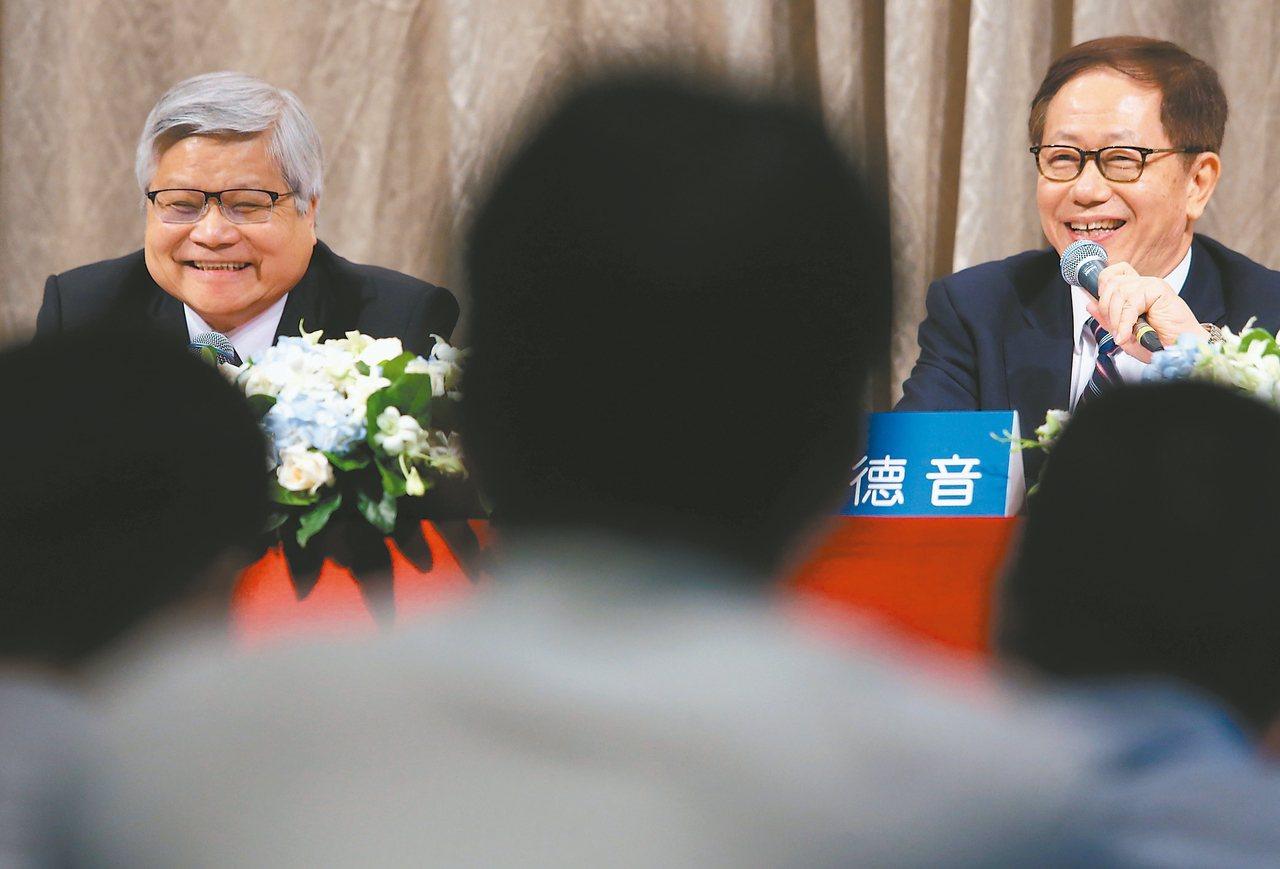 台積電18日舉行法說會,由董事長劉德音(右)、總裁魏哲家(左)共同主持。 記者胡...
