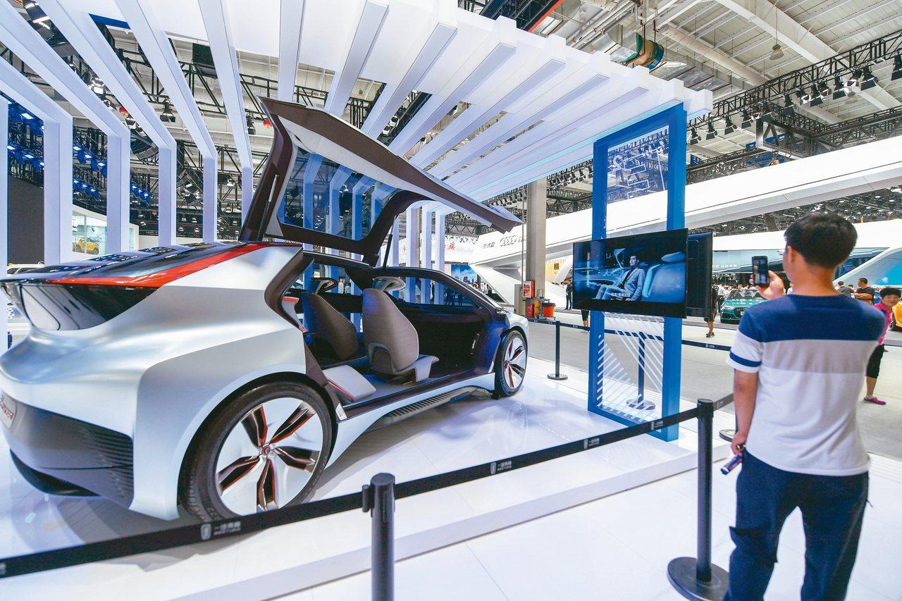 正在長春國際會展中心舉行的第16屆中國(長春)國際汽車博覽會上,眾多汽車品牌展出...