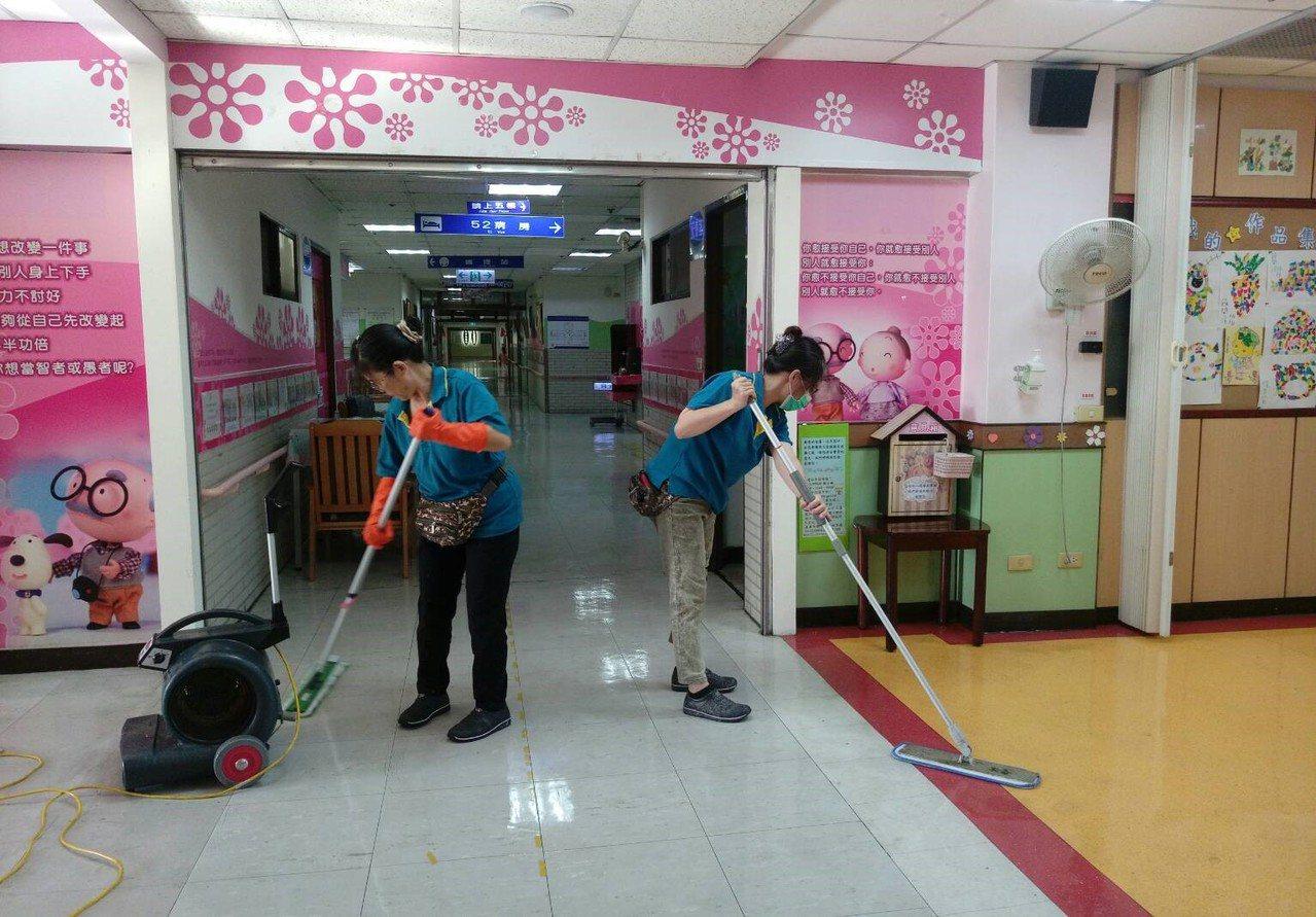 嘉義榮民醫院爆發A流群聚感染,醫院立即進行醫院全院清潔消毒。圖/醫院提供