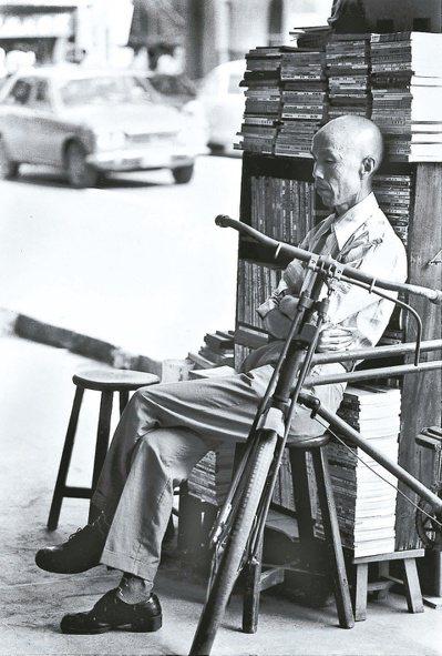 嵋街上的周夢蝶。(圖/本報資料照片,莊靈提供)