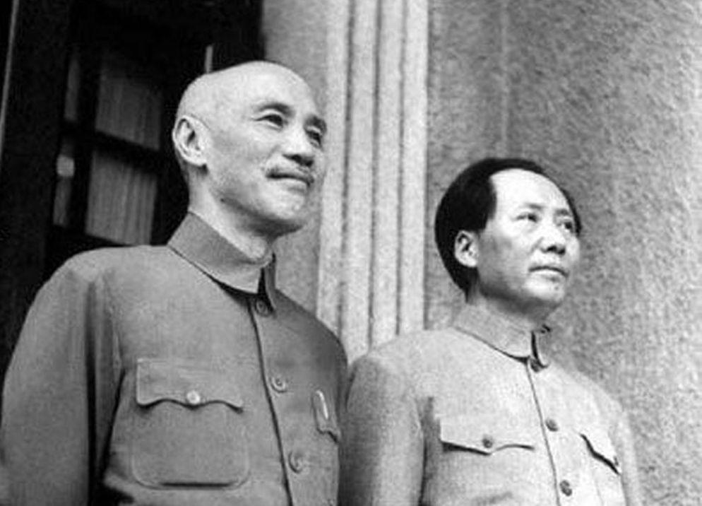 中共建政70年票選國花,意外引發中華民族認同之爭。圖為一九四五年十月十日蔣介石(左)與毛澤東兩人簽訂國共兩黨「雙十協議」後合影。圖/摘自網路