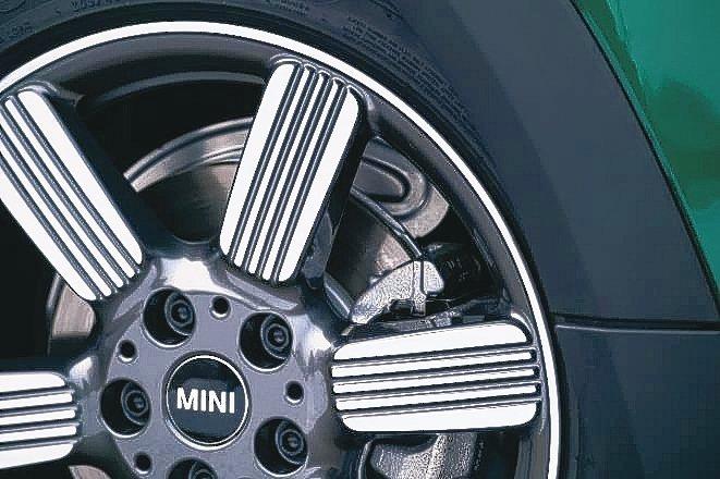 全新設計的17吋Dark Spectre Grey雙色輪圈搭配高光澤輪輻線條。 ...