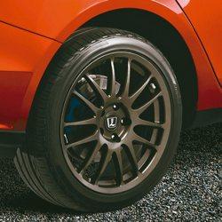 S5 GT225標配日本18吋RAYS鍛造鋁圈,更見動感跑格。 圖/納智捷