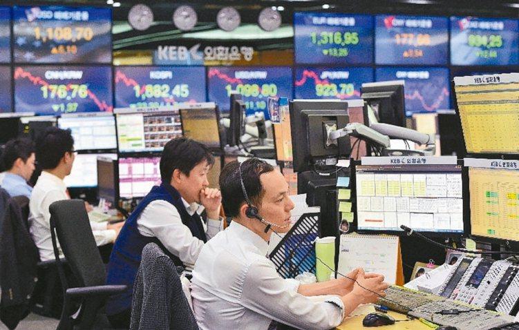 南韓央行昨(18)日宣布降息1碼至1.5%,是繼印度、澳洲、紐西蘭後,加入全球央...