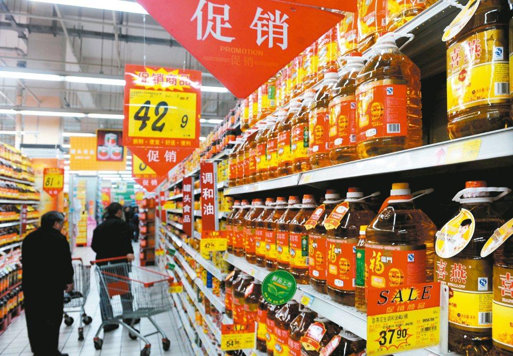 大陸實施宏觀經濟,消費者物價指數向上,專家認為此時布局消費股是較好的選擇。 本報...