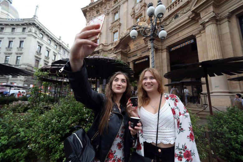 圖為外國遊客在去年新開的星巴克米蘭店外自拍留影紀念。歐新社