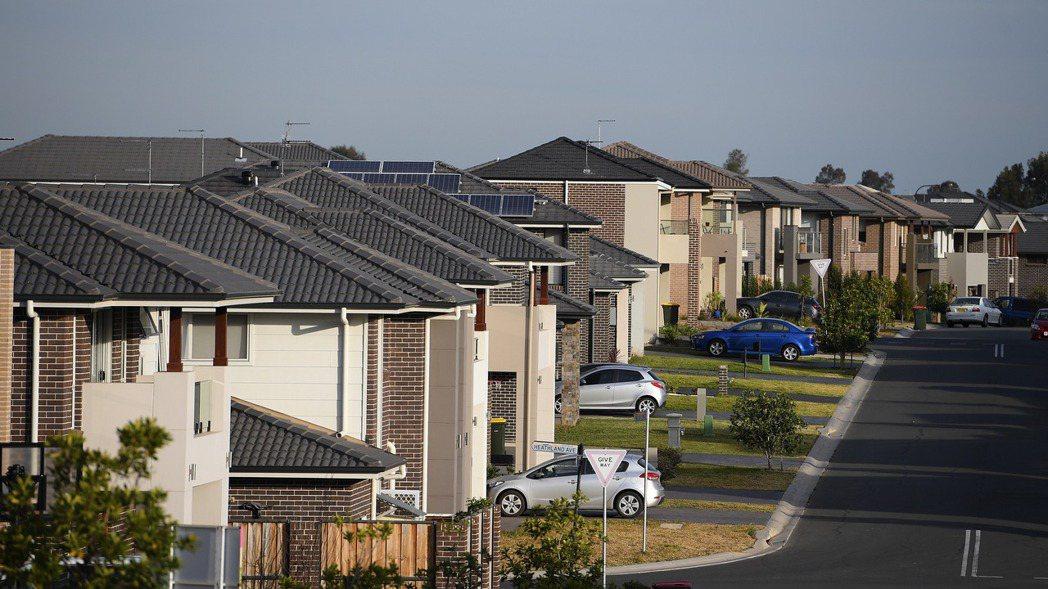 勉強追漲買房的澳洲家庭,房貸壓力全方位抑制了家庭消費。圖/歐新社