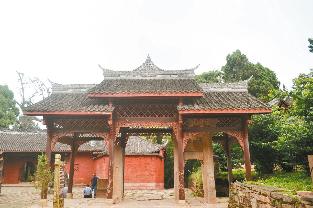 金牛古道盡頭,為始建於道光六年的堯氏節孝牌坊。 特派員王玉燕/攝影