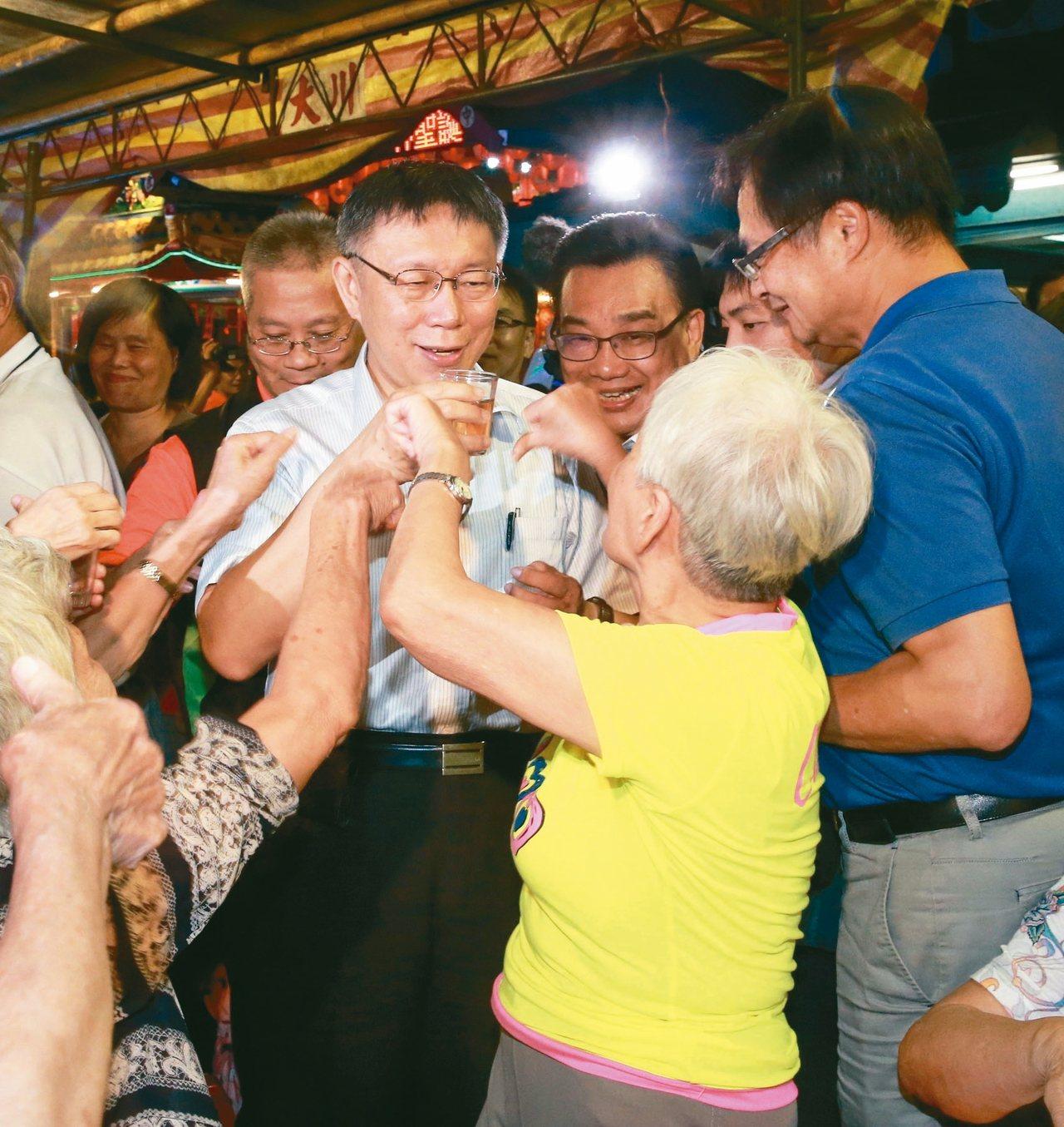 台北市長柯文哲去年出席餐會活動時,一位陳阿媽當面給柯市長喝倒彩,表達不滿取消重陽...