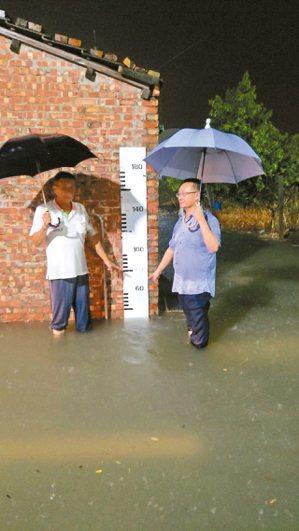 台南市將軍區廣山里昨晚雨勢不斷,部分地區積水達20公分。 圖/水利局提供