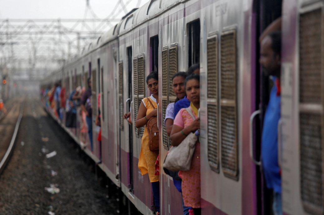 印度鐵路網超載嚴重。圖為郊區前往孟買的火車。 路透社