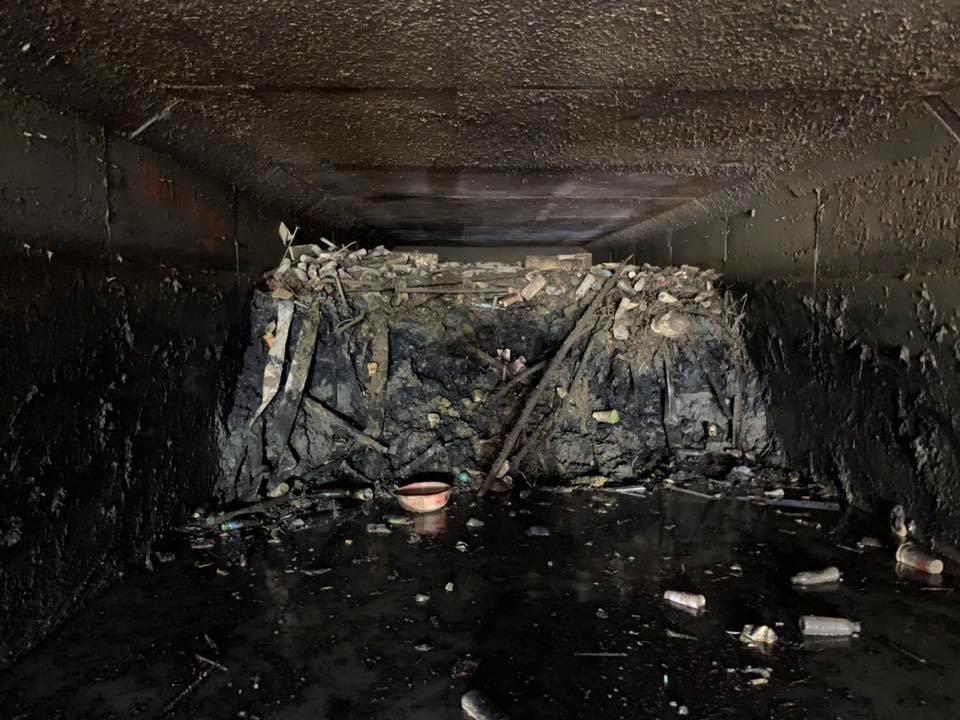 高雄鳥松神農路清出的淤泥多到嚇人。 圖/翻攝自韓國瑜臉書
