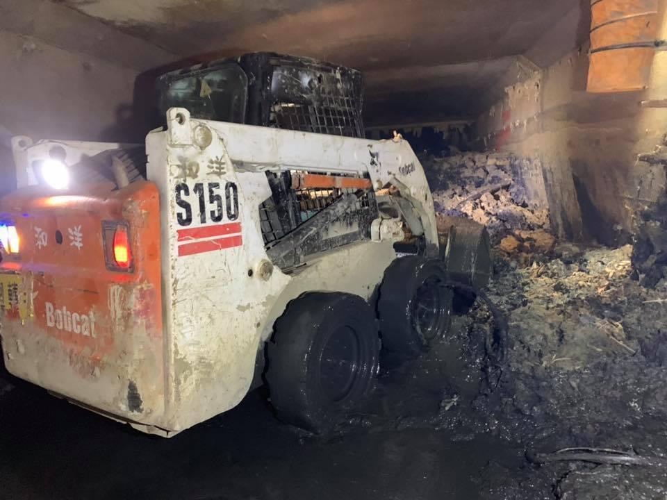 下水道淤泥多到得出動山貓來清理。 圖/翻攝自韓國瑜臉書