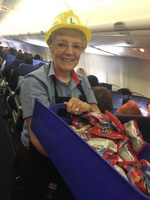 機上空服員配合活動,每一位都配戴遊戲中的安全帽。圖擷自推特Tomás N. Ro...