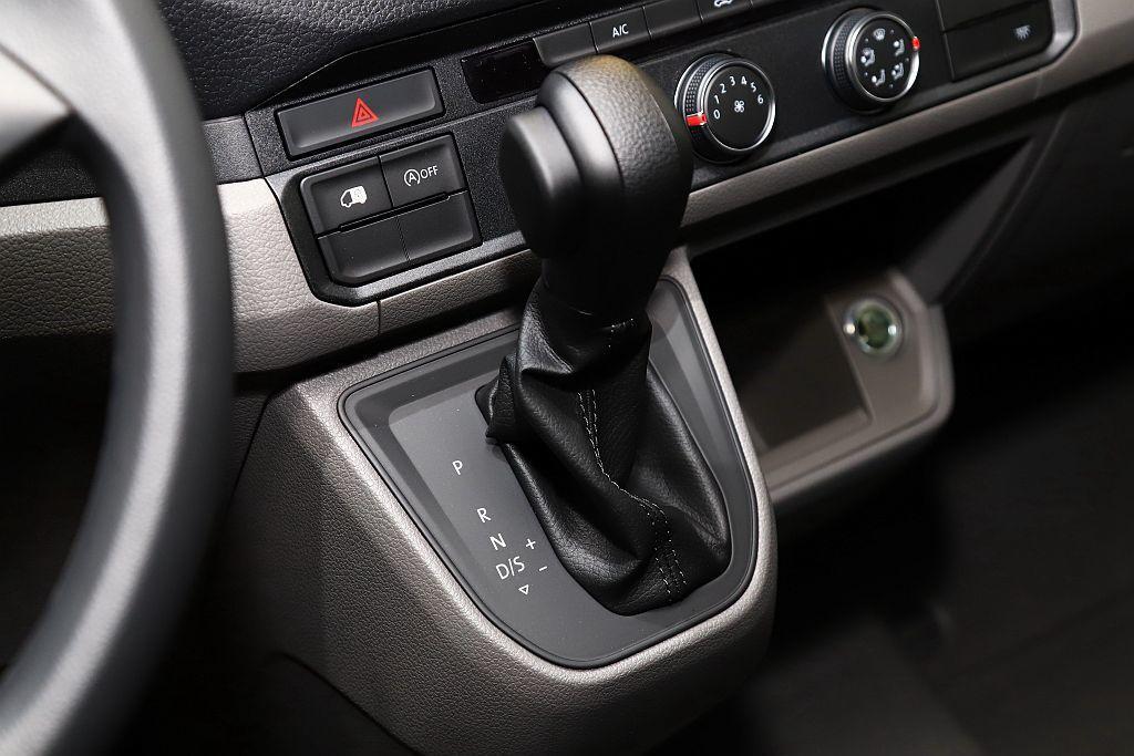 福斯商旅Crafter Van動力搭載2.0L TDI柴油渦輪增壓引擎,可提供1...