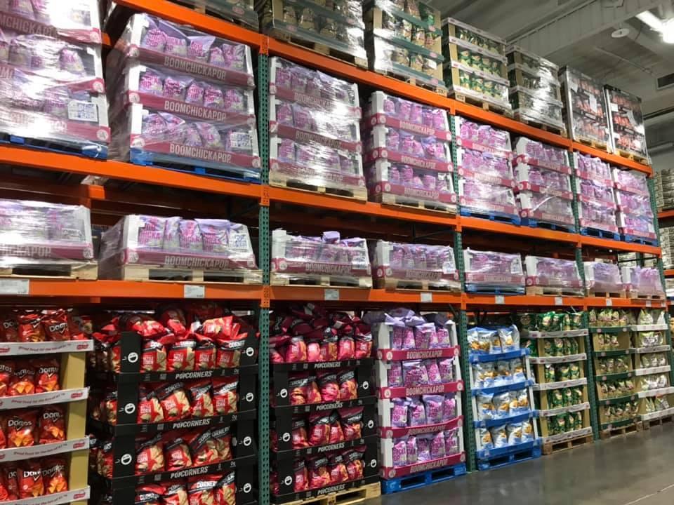 Costco貨架上一片滿滿都是「Angie's鹹甜爆米花」。圖擷自Costco好...