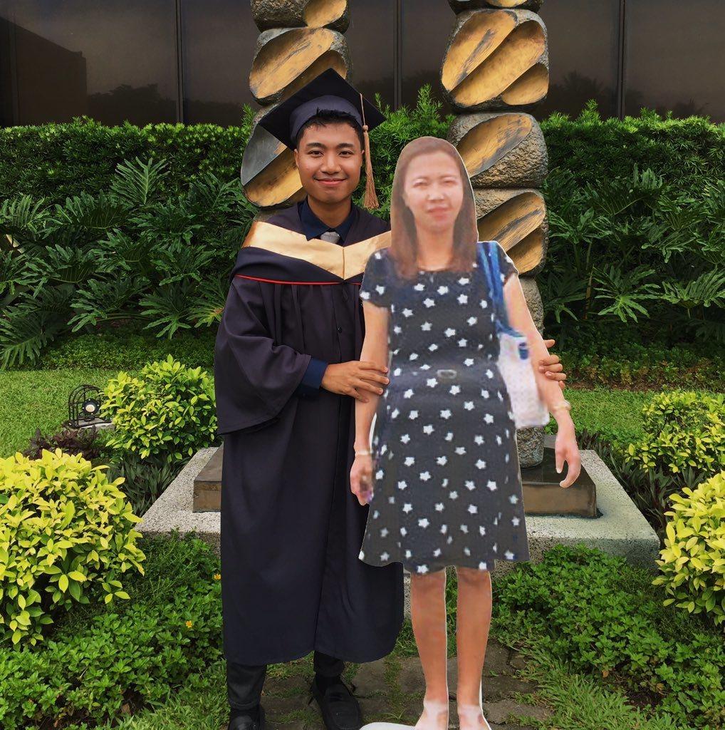 保羅為紀念過世的媽媽,訂做等身大的「紙板媽媽」,在畢業當天一起拍畢業照。圖擷自推...