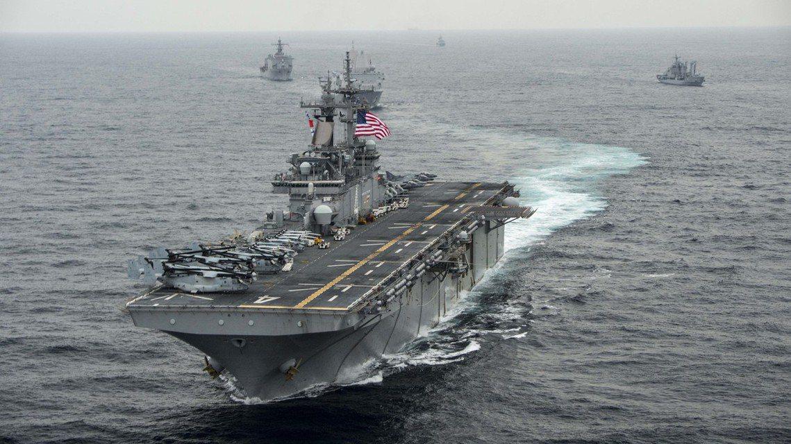 美國總統川普18日證實,正派駐中東的美軍陸戰隊兩棲突擊艦「拳師號」(USS Bo...