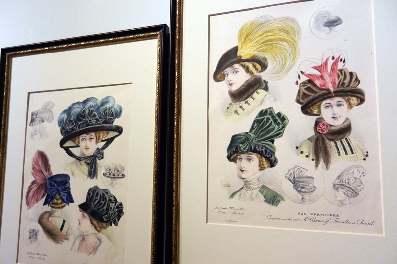 20世紀初期巴黎仕女帽飾石版畫。珍稀的动物羽毛不僅常被插在帽緣作為裝飾,前前後後...