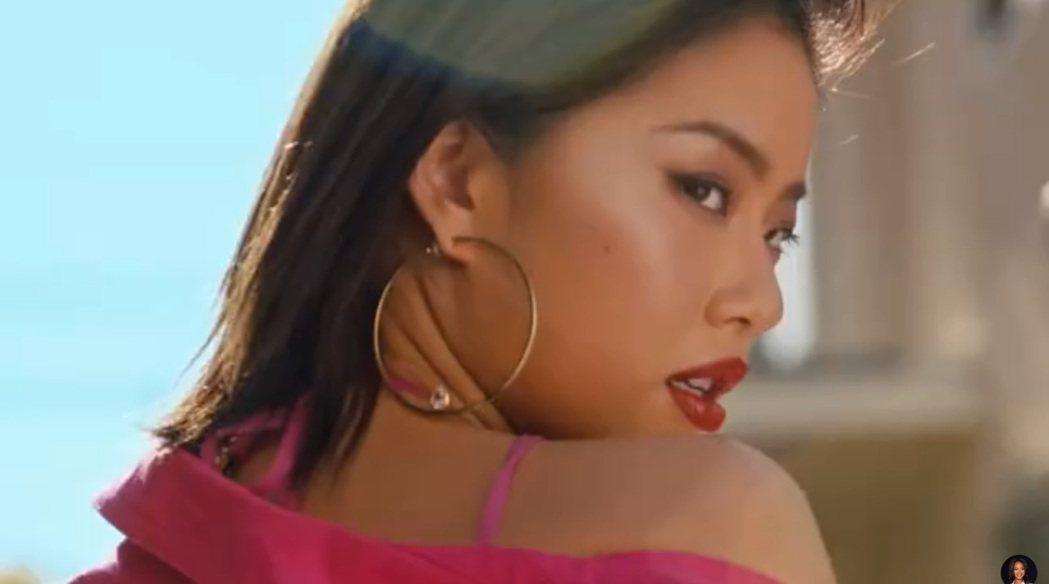 王菊在蕾哈娜的化妝品牌廣告中露臉。圖/擷自微博