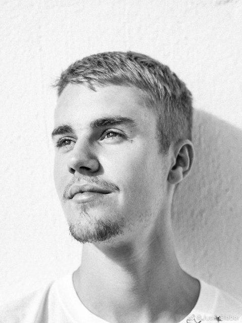 小賈斯汀(JustinBieber)今日首開微博,他在今日約11點時分享了一張個人照,照片中他留著小鬍鬚、頂著俐落短髮,目光像是看向遠方。隨圖他還表示很興奮能在微博上與粉絲們分享他的日常生活。而該則...