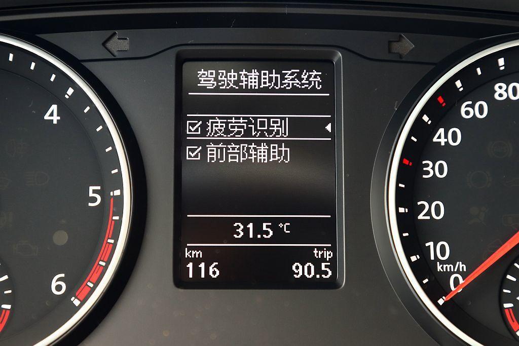 新年式福斯商旅Multivan標配Front Assist車前碰撞預警系統,具備...
