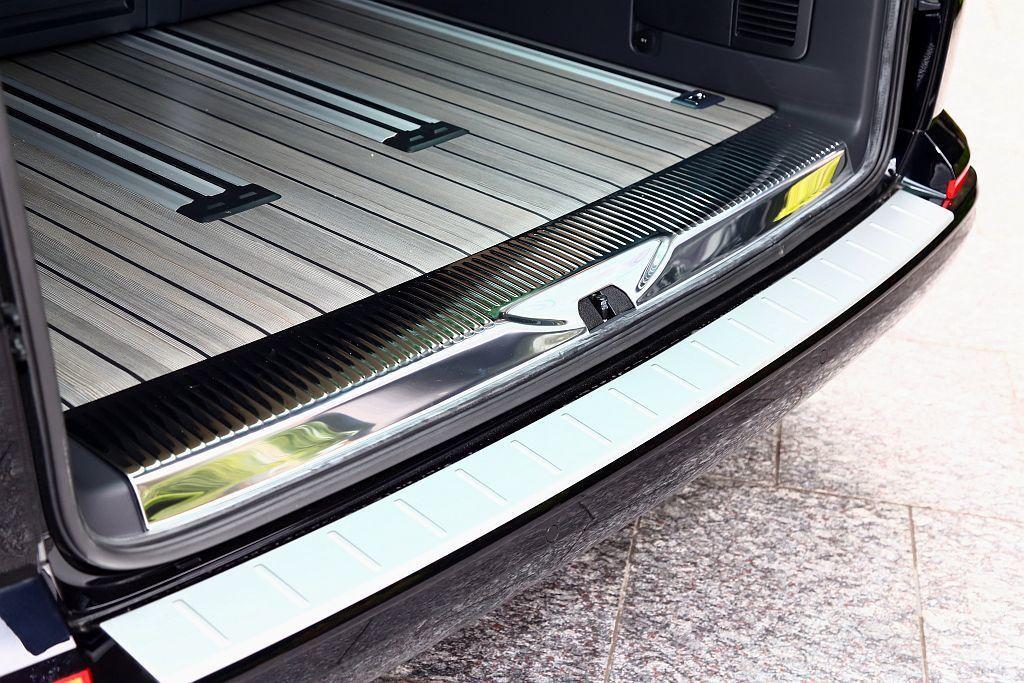 後保桿上的銀色保護板,只有在福斯商旅Multivan Highline以上車型才...