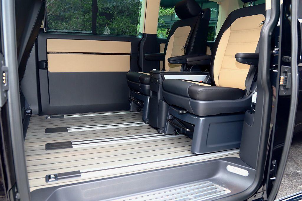 福斯商旅Multivan後座地板Comfortline車型為高級絨毛襯墊,Hig...