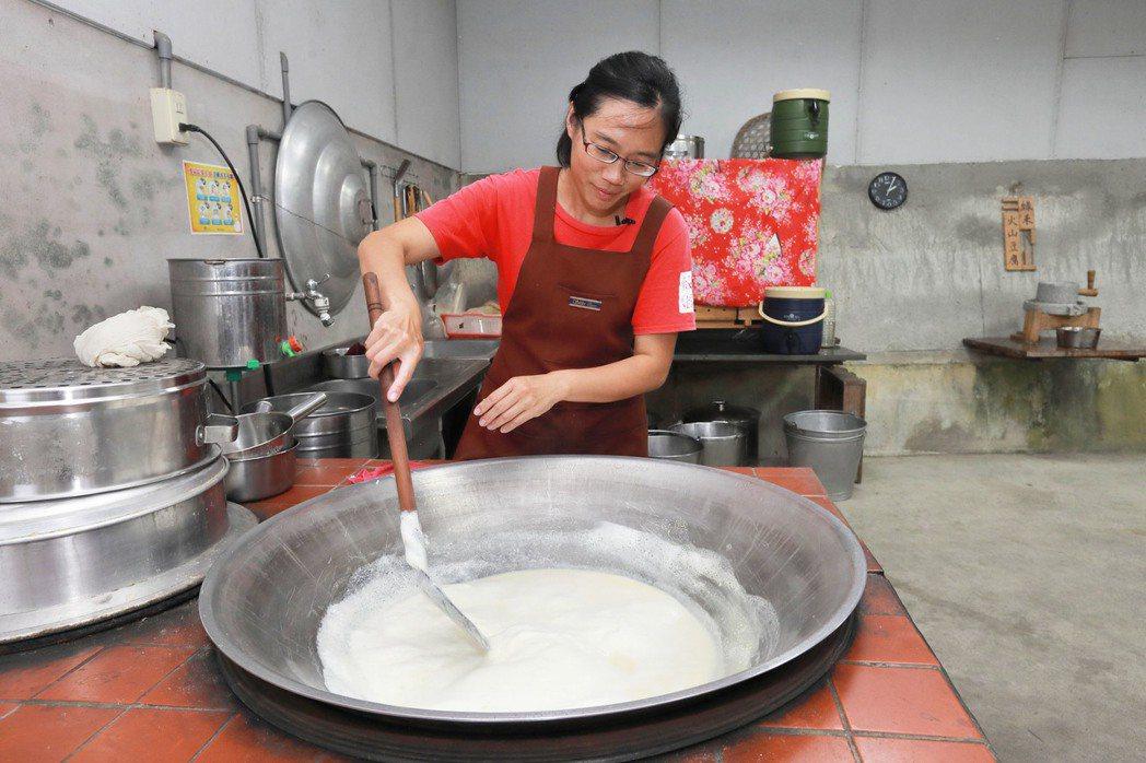 富里媳婦金佩茹承傳了體驗農家事業,已能熟練的用大灶生火煮豆漿、壓製泥火山豆腐。工...