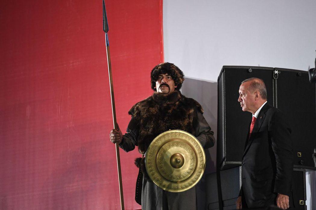 在一般通說中,媒體大多認為土耳其總統厄多安(右)只是在玩弄國際戰略。但土耳其本國...