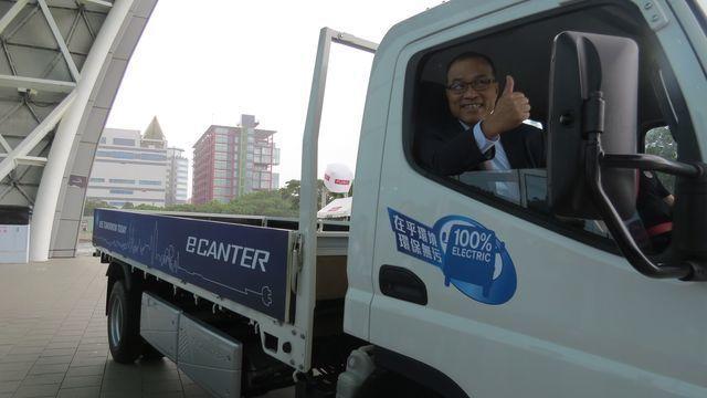 高市副市長葉匡時更親自試乘體驗造價近1億元純電概念重卡FUSO eCanter。...