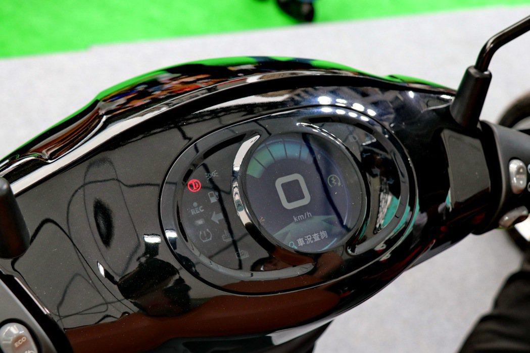 eMOVING iE125採用TFT液晶儀錶板。 記者陳威任/攝影