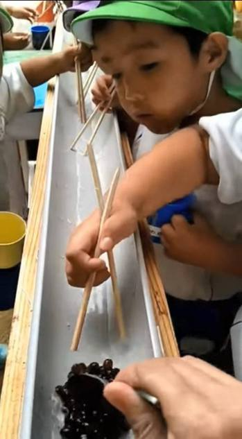 日本幼稚園生大玩「流水珍珠」爭奪戰。(影片截圖)
