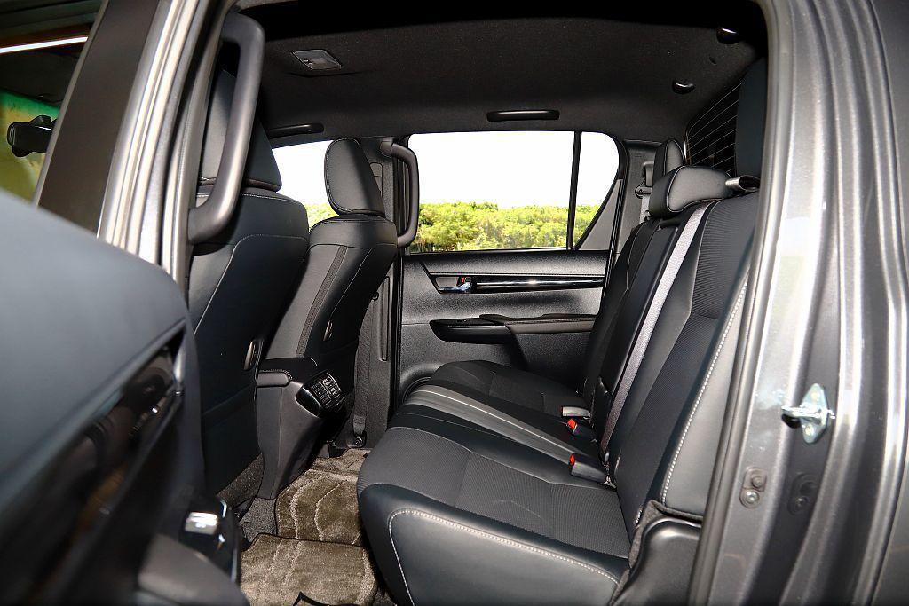 Toyota Hilux的後排座位空間表現相當出色且也有後座冷氣出風口。 記者張...