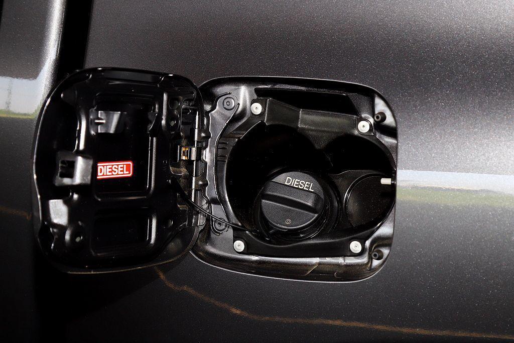 Toyota Hilux加油孔旁已先預留AdBlue尿素補充空間,未來還是能通過...