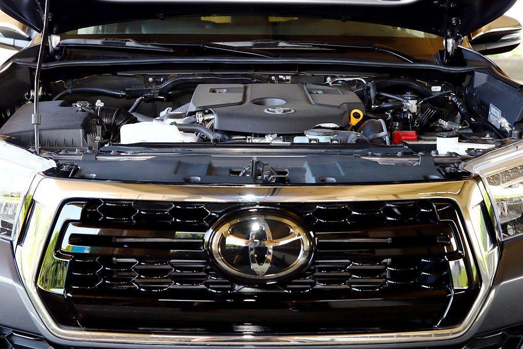 Toyota Hilux搭載的2.8L渦輪柴油引擎,具備177ps最大馬力、45...