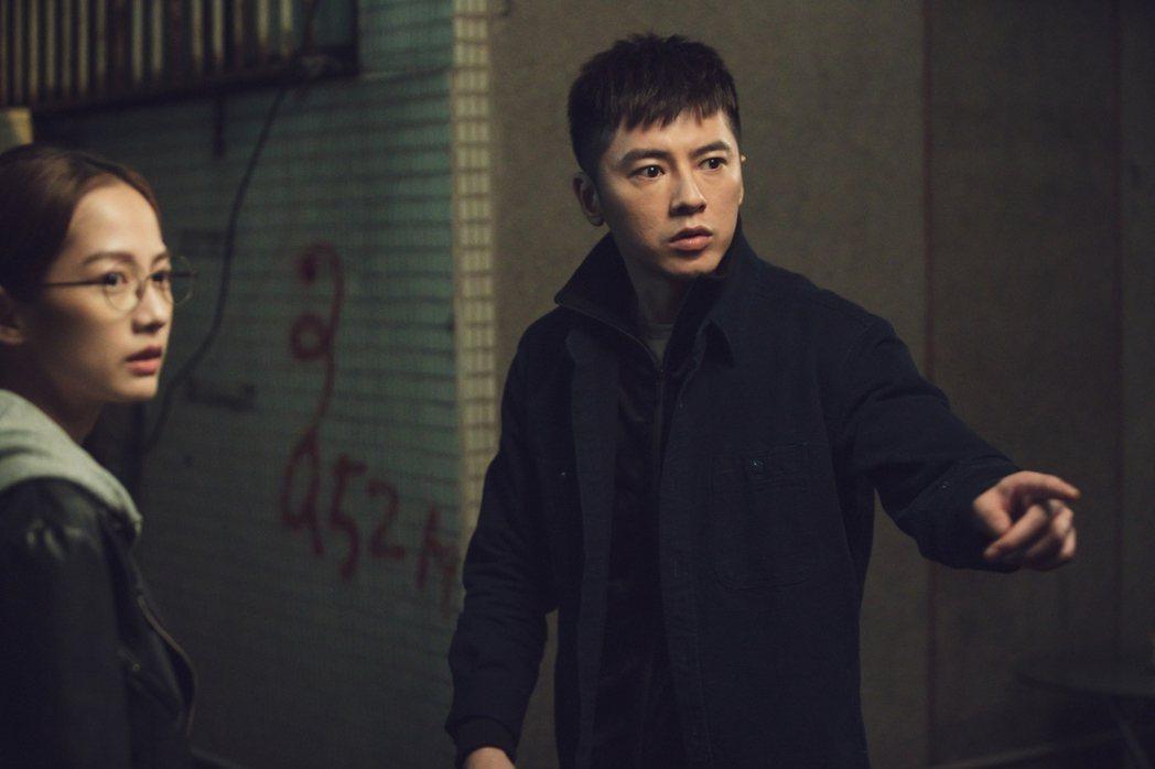 李國毅(右)劇中看到鬼嚇傻。圖/LINE TV提供