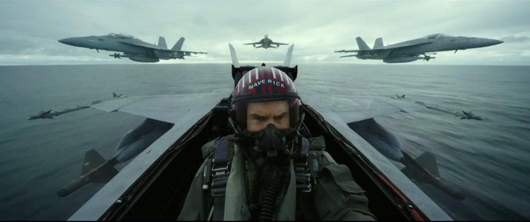 湯姆克魯斯在「捍衛戰士2」仍有駕飛機展現英姿的演出。圖/翻攝自YouTube