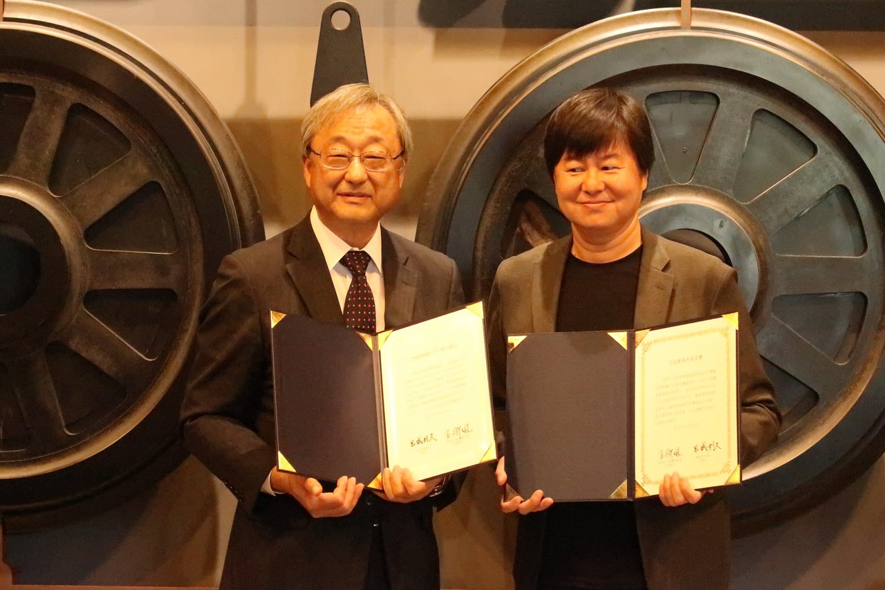 高史博代理館長王御風(右)與日本大宮鐵道博物館館長宮城利久(左),簽訂展示合作意...