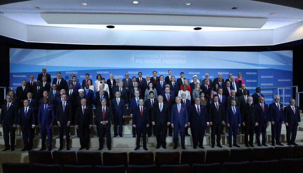 美國國務卿龐培歐18日和參與第二屆「促進宗教自由部長級會議」的代表合影。圖/取自...