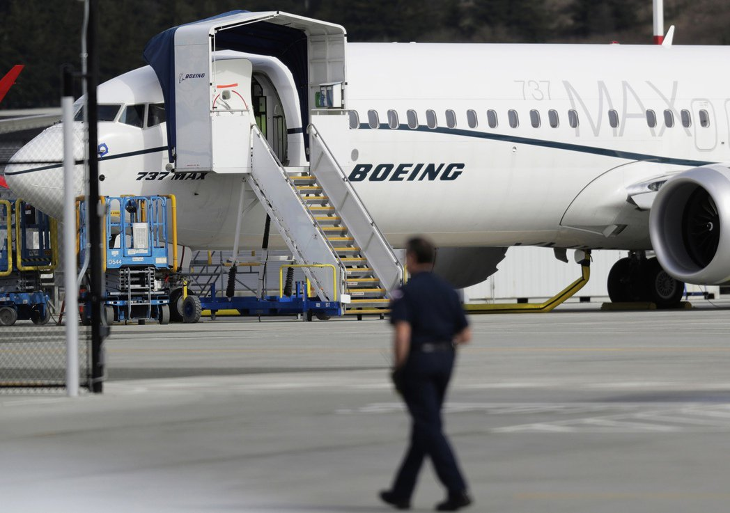 一位工作人員走在波音737 MAX 8客機附近。  美聯社