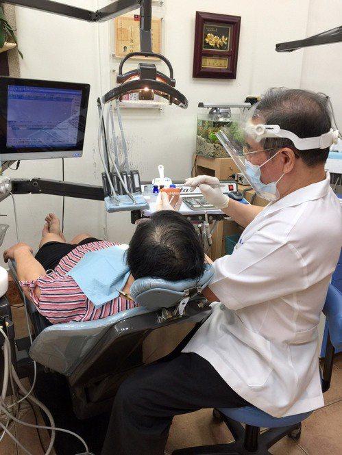 台中市銀髮族全口活動式假牙裝置補助7月10日上線,不到一周已有668人申請,非常搶手。圖/台中市衛生局提供
