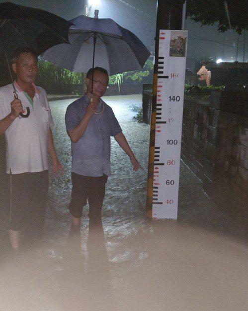 台南市將軍區廣山里昨深夜因雨勢不斷,部分地區積水達20公分。圖/水利局提供