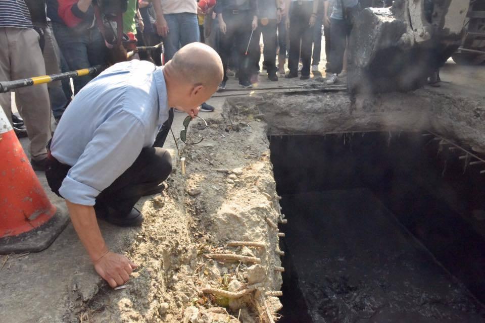 高雄市長韓國瑜視察清疏下水道淤積,他說,「這是我們的良心」。圖/取自韓國瑜臉書
