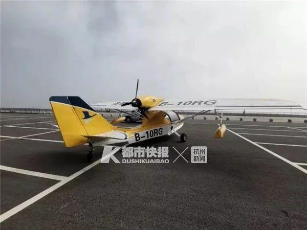 一架飛機在停車場空地滑行了兩三圈。圖:都市快報