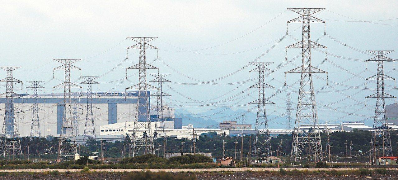 經濟部昨天公佈所轄四大國營事業上半年稅前盈餘,台電上半年就虧損新台幣297億元,...