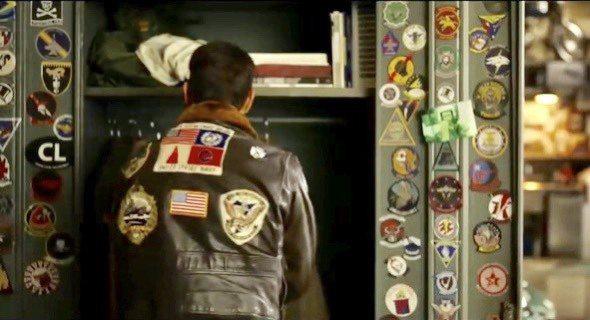 上午公布的官方預告片中,有一幕特別呈現MAVERICK在內務櫃前穿上皮夾克的背影